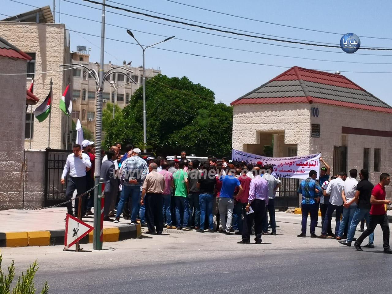 بالصور  ..  العشرات يحتجون أمام مبنى محافظة إربد مطالبين الإفراج عن موقوفين شملهم العفو العام