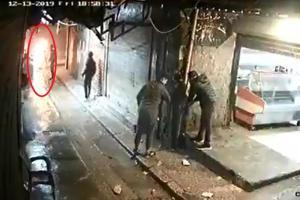 """بالفيديو  ..  """"مواطن"""" يحرق نفسه بعد عجزه عن علاج طفلته  ..  مشهد يُدمي القلب"""