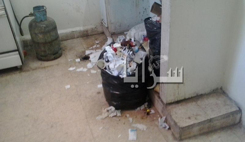 """تراكم النفايات بـ """"مياه البترا"""" لعدم وجود عامل مخصص لإزالتها... صور"""