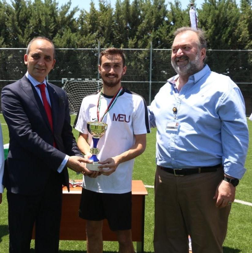 فريق جامعة الشرق الأوسط MEU يفوز بمباراة الخماسي لكرة القدم