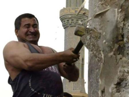 الجارديان :هادم تمثال صدام حسين نادم على ما فعله
