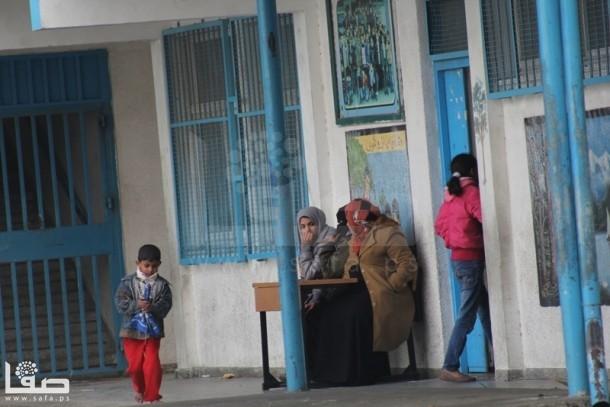 بالصور : السيول تُجبر عائلات بجباليا على النزوح للمدارس