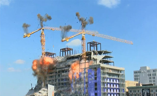 بالفيديو: لحظة تدمير رافعتين بالمتفجرات بعد انهيار مبنى في امريكا