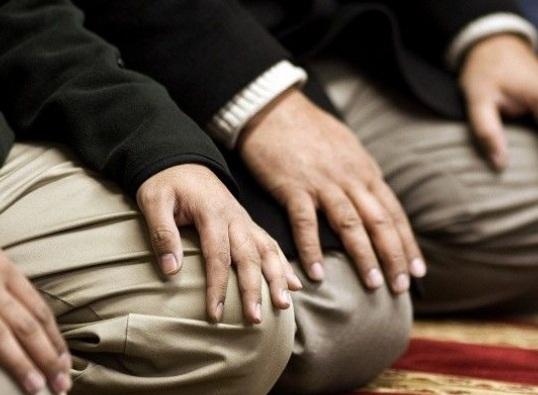 الصلاة بملابس عليها عطور من اصل كحول
