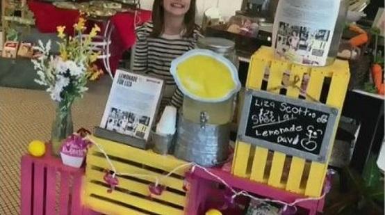طفلة تبيع عصير الليمون لتغطية ثمن عملياتها الجراحية