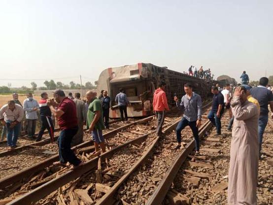 بالفيديو ..  سقوط ضحايا جرّاء خروج أحد القطارات عن مساره في مصر