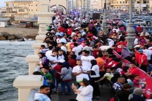 """الإسكندرية تدخل موسوعة """"جينيس"""" بأكبر مائدة إفطار في العالم  تخللها إحتجاج وتراشق بالكراسي...فيديو وصور"""