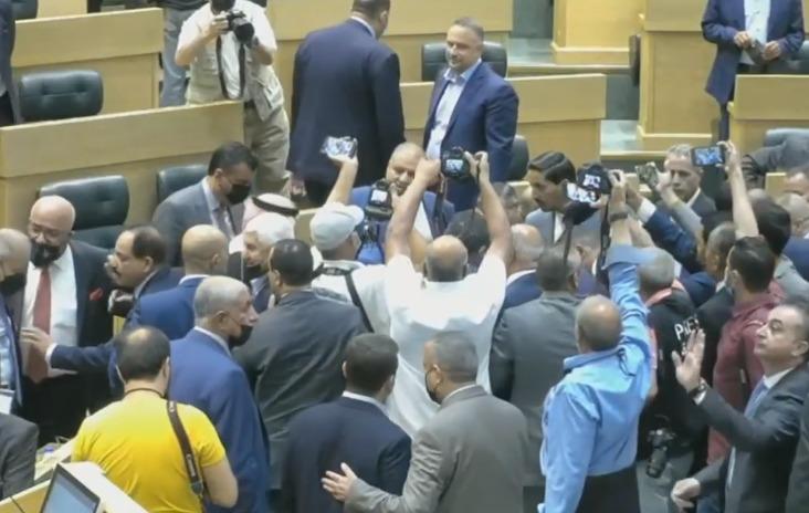 بالفيديو  ..  لحظة منع النائب عماد العدوان رئيس الوزراء من الجلوس على مقعده