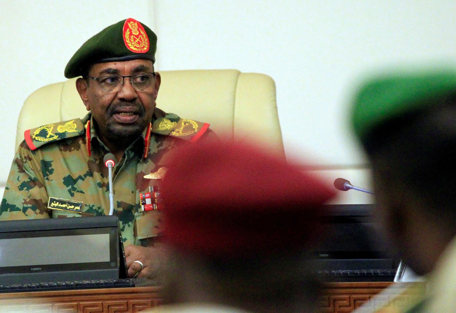 """صحفي سوداني يكشف عن تفاصيل خطيرة دفعت لخلع البشير قبل """"الكارثة""""!"""