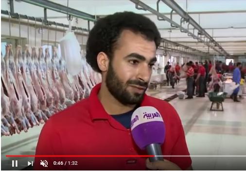 """بالفيديو  ..  شبيه الاعب """"محمد صلاح"""" يعمل بمسلخ في الكويت"""