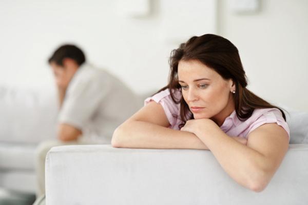 تجنّبي هذه العادات والأخطاء التي تبعد زوجك عنك !
