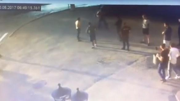 بالفيديو .. لحظة مقتل بطل العالم برفع الاثقال خلال مشاجرة في الشارع مع شاب