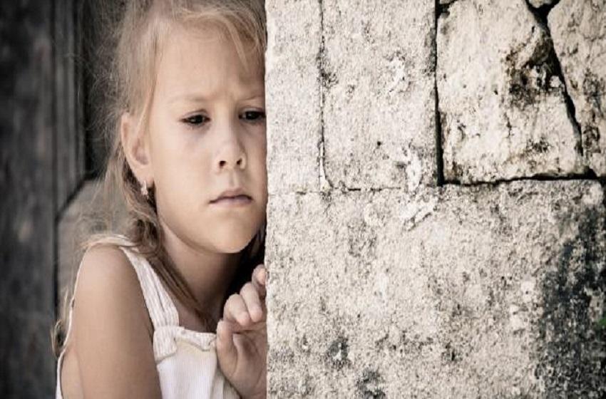 """قصة محزنة  ..  والدة طفلة مصابة بمرض التوحد تناشد اهل الخير لانقاذها والتكفل بها  ..  """"وثيقة"""""""