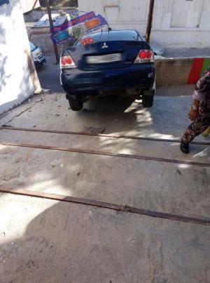 بالصور .. استعمال غيار خاطئ يؤدي إلى سقوط مركبة على درج صويلح