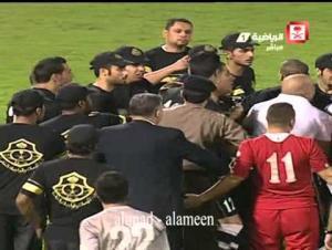 بالفيديو .. اشتباك بين لاعبي المنتخب الاردني وحكم المباراة والشرطة في السعودية