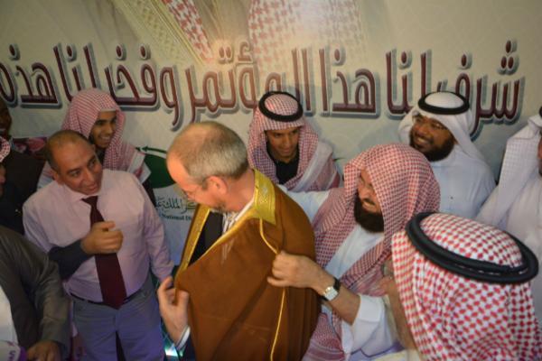 """بالصورة ..  """"السديس"""" يخلع عباءته ويلبسها للهولندي """"فان دورن"""" في مؤتمر الدفاع عن النبي"""