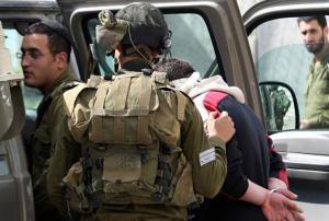 الاحتلال يعتقل مواطنا جنوب الخليل بذريعة محاولة الدهس