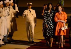 هل تعلمون كم يبلغ ثمن الحذاء الذي ارتدته الأميرة المغربية للا سلمى في استقبال زوجة أوباما ؟