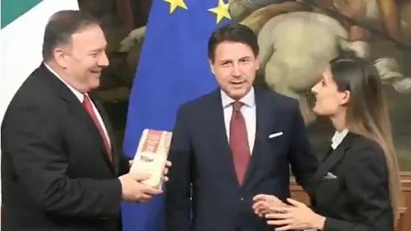 بالفيديو ..  صحفية إيطالية تحرج وزير الخارجية الأمريكي بطريقة لم يتوقعها أحد