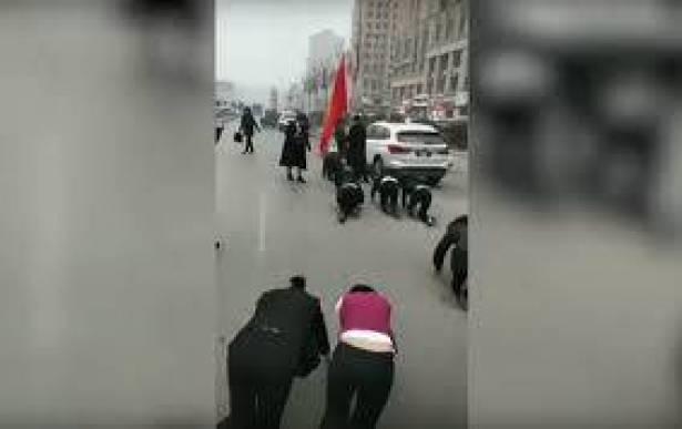 """بالفيديو ..  عقاب خاص للموظفين """"زحفا على الأرض"""" في الصين"""