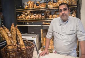 خبّاز تونسي يطعم الرّئيس الفرنسي إيمانويل ماكرون كلّ يوم!