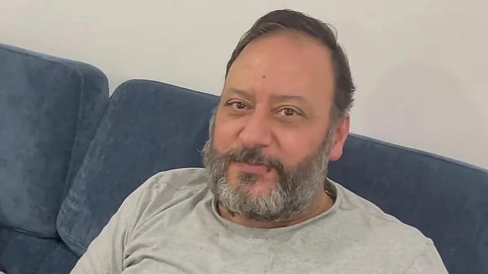 خالد مقداد يستعين بجهاز للمشي بعد خروجه من المستشفى  .. فيديو