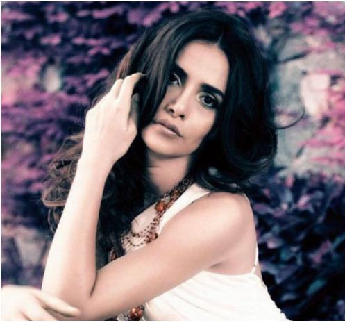 """بالصور  ..  نقل بطلة مسلسل التركي """"نور"""" الى المستشفى بعد تدهور صحتها"""