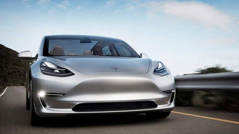 بالصور  ..  Model 3 تتفاخر بفكرة سقفها المتطور المسروقة من سيارة أخرى