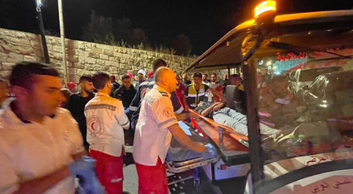 إصابة أب وأطفاله الأربعة بقنابل الاحتلال الاسرائيلي قرب باب العامود بالقدس