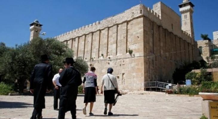 مستوطنون يعتدون على مسؤولين فلسطينيين ويمنعونهم من الصلاة بالحرم الإبراهيمي