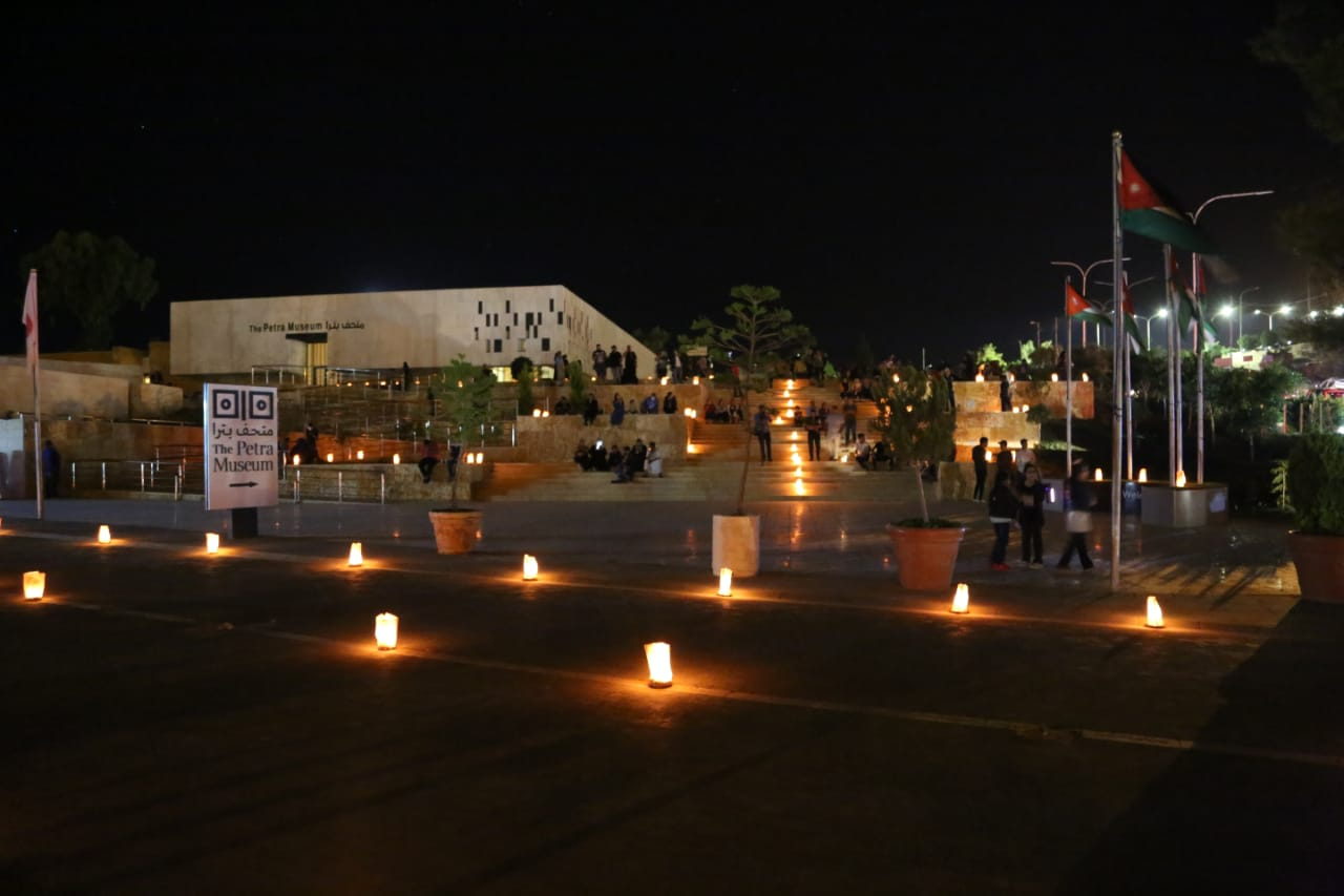 البترا تقف مع العالم باضاءة الشموع في معالمها ومحيطها