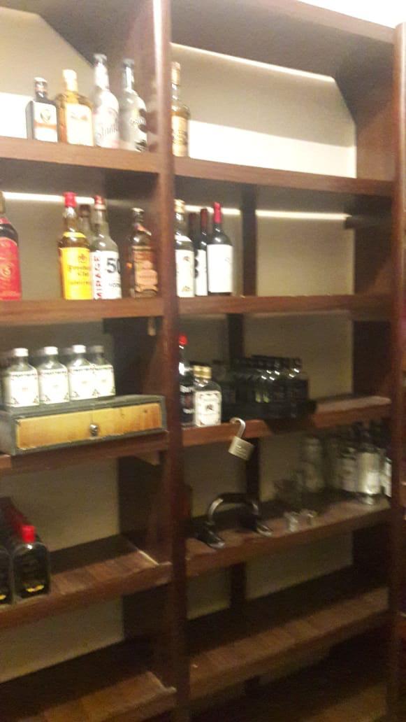 بالصور ..  ضبط شخصين قاما ببيع وتخزين كميات كبيرة من المشروبات الروحية في احد المنازل بمنطقة الاشرفية