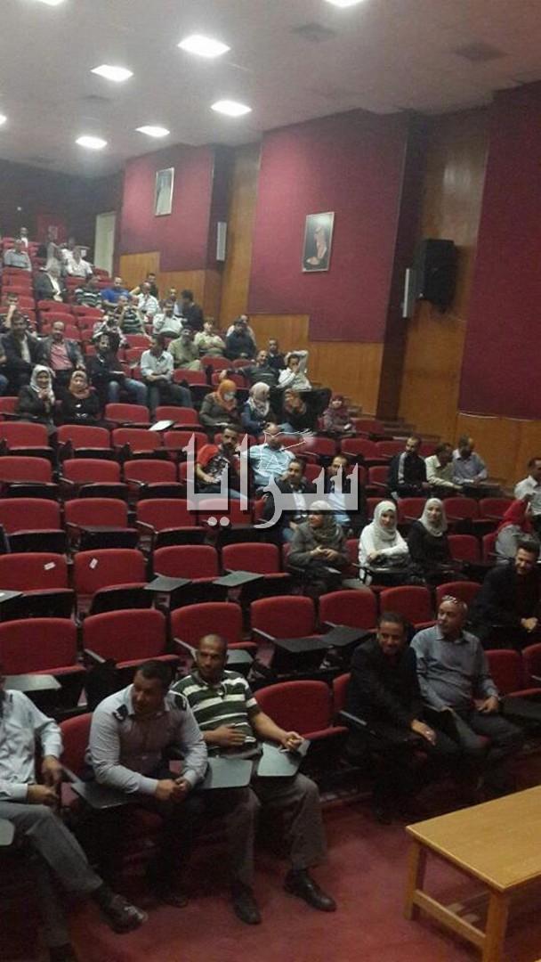 """بالصور.. موظفو """"الهاشمية"""" يجتمعون قبل الإعتصام امام رئاسة الجامعة.. ورئيسها يرد"""
