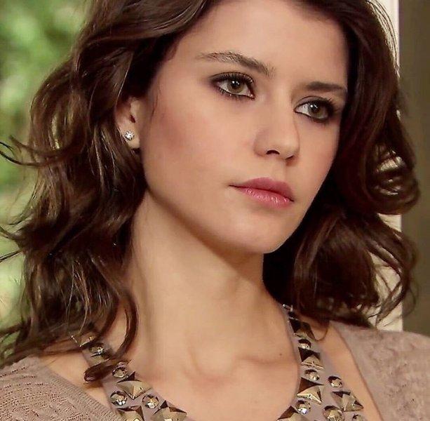 """هذا ما ستفعله النجمة التركية  """"بيرين سات"""" بأجرها من مسلسلها الجديد"""