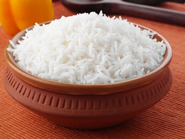 3 أخطاء ترتكبينها وتسبّب تعجّن الأرز والتصاقه... اكتشفيها