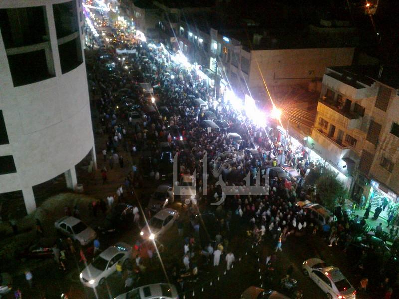 """الآلاف في مسيرة نزال :  """"يا قسامي يا حبيب.. اقصف دمّر تل أبيب"""""""