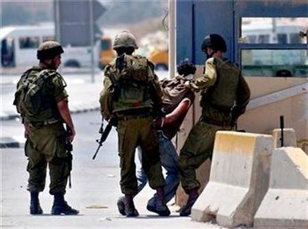 ضابط إسرائيلي يجبر شاباً فلسطينياً على شرب الخمر تحت تهديد السلاح