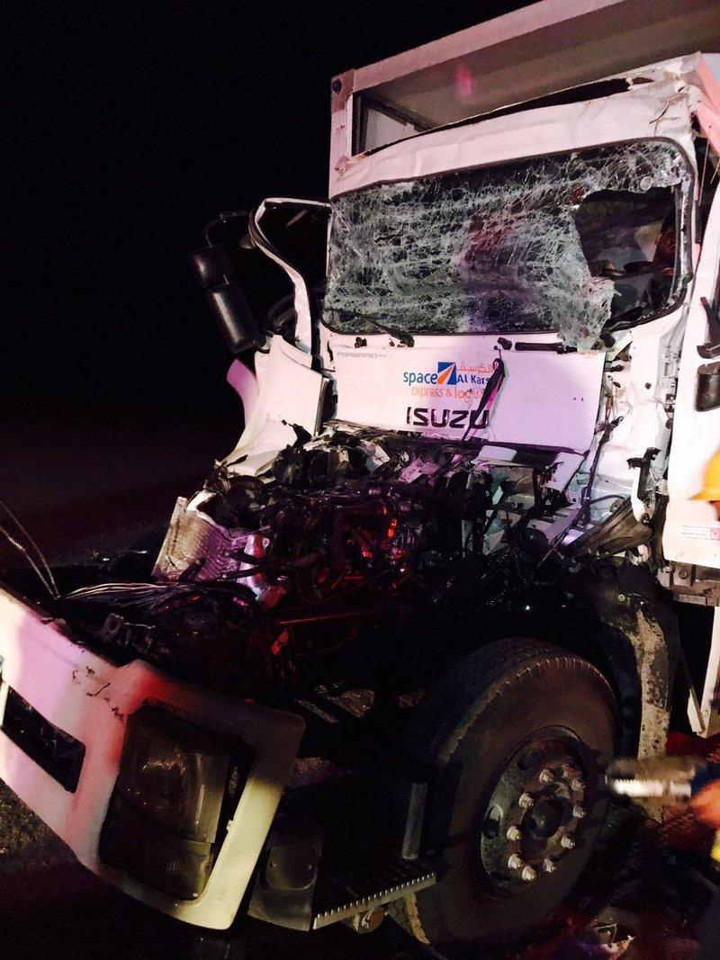 اصابة سائق شاحنة اثر اصطدامها على طريق الطائف - الرياض