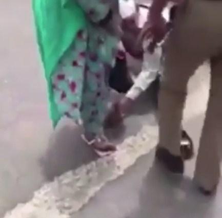 بالفيديو  ..  رجل امن سعودي يخلع حذاءه و يعطيه لحاجة فقدت حذاءها