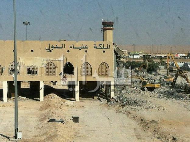 بالصور .. هدم مطار الملكة علياء الدولي القديم