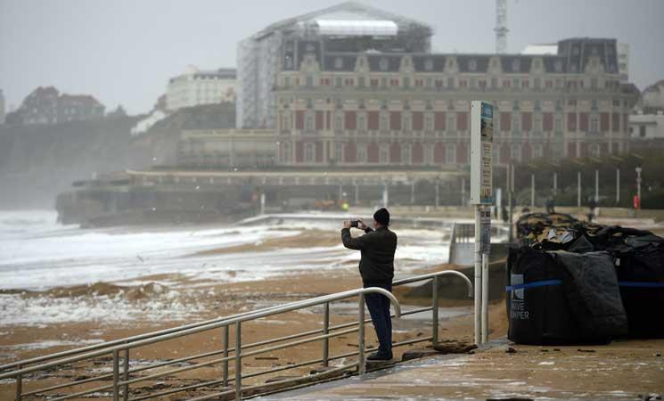 مصرع شخص وإصابة خمسة بجروح جرّاء رياح عاتية في جنوب غرب فرنسا