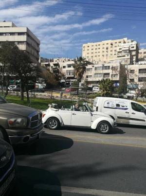 نشطاء يلتقطون صوره للامير حسن يقود سيارته في العبدلي  بدون حراسه