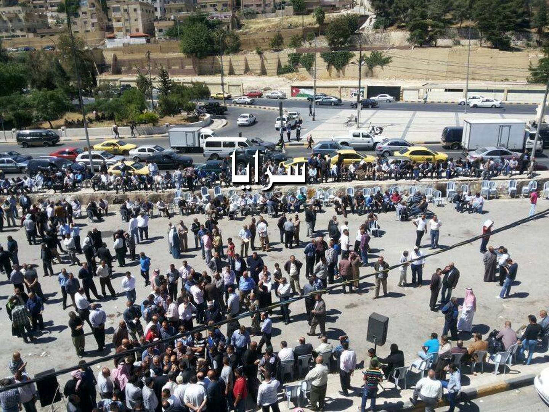 بالصور .. المئات من موظفي شركة الكهرباء يعتصمون  في رأس العين