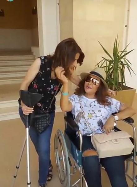 بالصور ..  لطيفة التونسية تظهر على كرسى متحرك