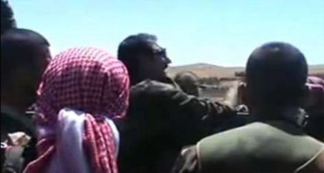 بالفيديو.. ضابط بجيش النظام السوري يبصق على عناصرة