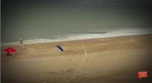تطاير مظلات لحظة هبوب رياح قوية على الشاطئ