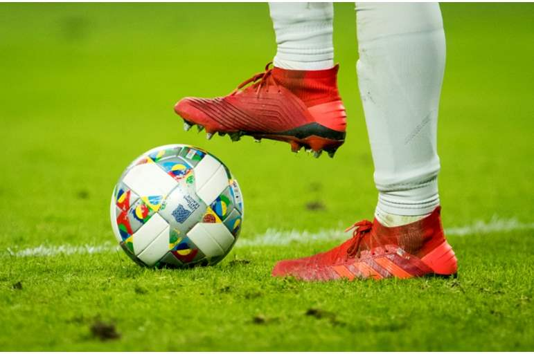 """خطأ """"قاتل"""" يتسبب في إصابة 19 لاعباً بكورونا في هذه الدولة الأوروبية"""