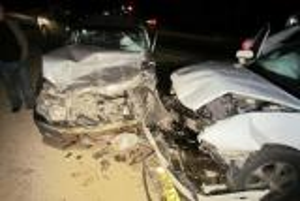 إصابات بتصادم مركبتين على طريق العمري