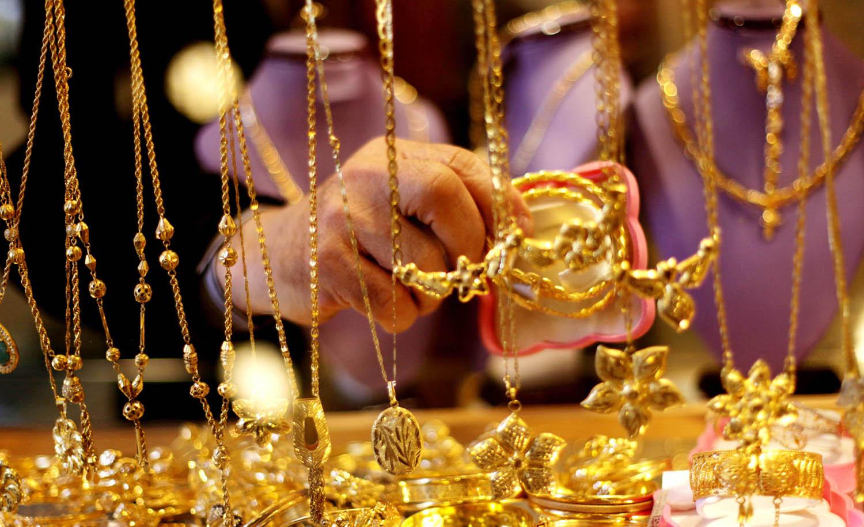 الذهب يهبط إلى أدنى مستوى له في 3 اسابيع
