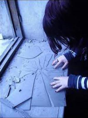 مُراهقة مصرية تلقي بنفسها من الطابق الثالث هرباً من الاغتصاب وترفض محاكمة الشابين